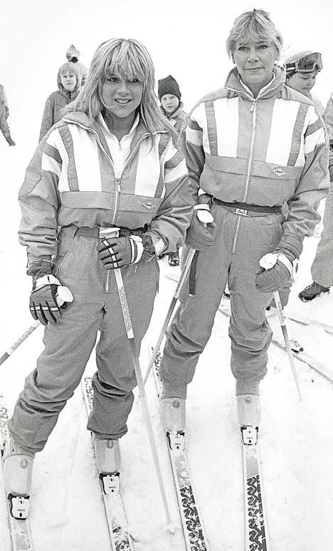Samantha Fox ja hänen äitinsä Carol laskivat mäkeä Nilsiässä vuonna 1987.
