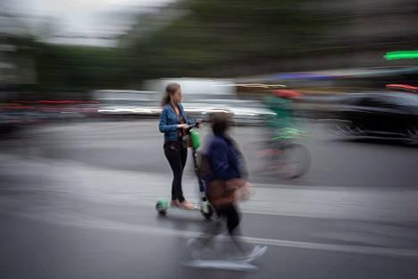 Nainen turvautui sähköpotkulautaan Pariisissa perjantaina, kun julkinen liikenne seisoi lakon vuoksi.