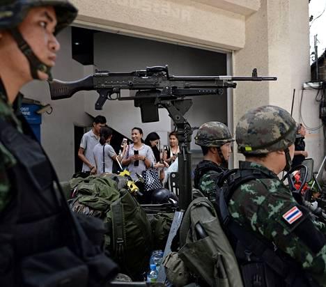 Ihmiset ottivat tiistaina kuvia itsestään sotilaiden vieressä Thaimaan pääkaupungissa Bangkokissa.