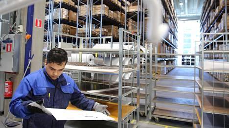 Terveysteknologiayhtiö Planmeca panosti viime vuonnakin tuotantoon Suomessa. Kuvassa Planmecan työntekijä Reza Rahimy tarkastaa maalauksesta tullutta osaa yhtiön tehtaalla Herttoniemiessä.