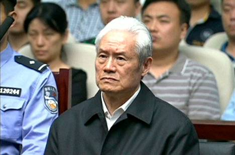 Zhou Yongkang kuunteli tuomionsa oikeudessa Tianjinissa.