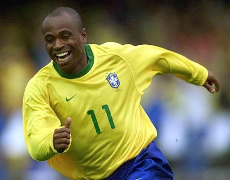 Edílson juhli tekemäänsä maalia MM-karsinnassa 7. lokakuuta 2001.