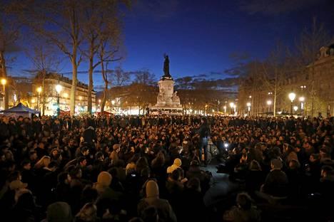 Pariisin Place de la Républiquella on osoitettu mieltä parin viikon ajan.