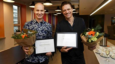 Laulaja, lauluntekijä ja kitaristi Esa Eloranta (oik.) ja Tangokuningas 2010 Marko Maunuksela palkittiin Kullervo Linna -palkinnoilla Helsingissä 23. marraskuuta 2020. Vuosittain Linnan syntymäpäivänä jaettavat palkinnot myönnetään tunnustuksina ansioista kotimaisessa viihde- ja tanssimusiikissa.