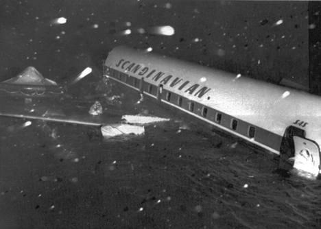 Los Angelesin edustalle pudonnut kone kelluu meressä. Onnettomuudessa menehtyi neljä koneen matkustajaa ja yksitoista on vielä kateissa.
