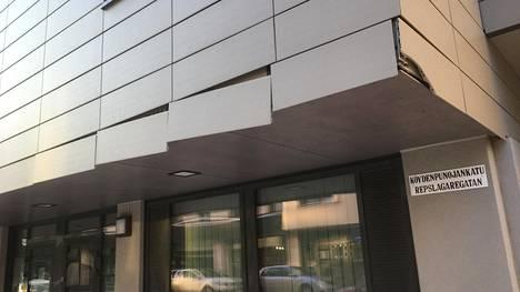 """Meri-Kampin asunto-osakeyhtiön seinälaatat repsottavat, kun jakeluautot törmäilevät toistuvasti ulokkeeseen. """"Eipä ole muissa kiinteistöissä tullut vastaan tällaista. Tämä on 11 vuoden isännöitsijän urallani ainoa laatuaan"""", isännöitsijä Petri Haapa-aho sanoo."""