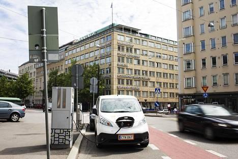 Helenin sähköauton latauspiste Helsingin Kampissa. Helen kuuluu latauspisteiden ohjelmistoja kehittävän Virran asiakkaisiin.