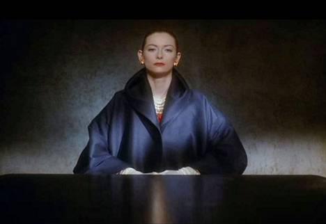 Tilda Swinton näyttelee Edward II:n puolisoa, kuningatar Isabellaa.