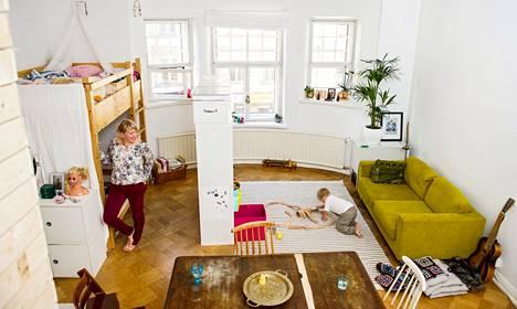 Satu Onnelan mukaan pienikin koti voi toimia hyvin. Teo-pojalla riittää leikkitilaa, kun huoneessa on vain tarpeellisia kalusteita.