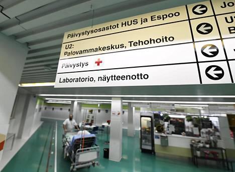 Opastekylttejä Jorvin sairaalan aulassa.