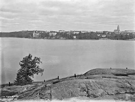 Töölönlahti oli vuosisadan alusta 1950-luvulle asti pahasti saastunut runsaan jätevesikuorman takia. Kuva on otettu vuonna 1912.