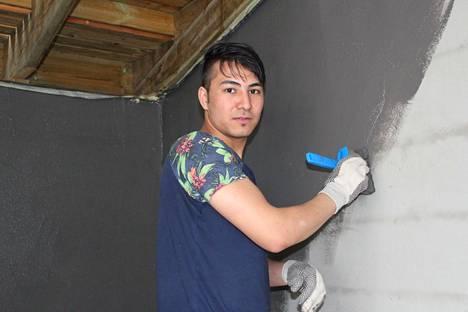 Esmatullah Nazari, 17, maalauskeikalla Espoon Friisilässä.