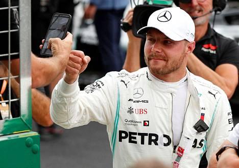 Mercedeksen Valtteri Bottas lähtee paalupaikalta Silverstonen kisaan. Bottas kukisti tallikaverinsa Lewis Hamiltonin aika-ajossa vain kuudella tuhannesosalla.