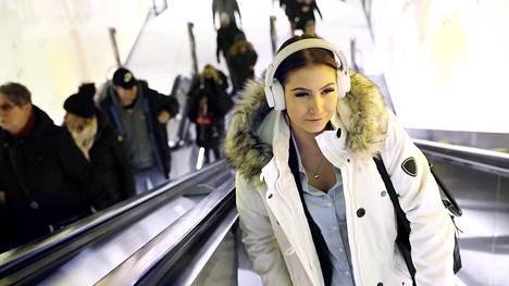 Riia Rahkonen on matkalla Matinkylän metroasemalta bussipysäkille. Hannuksessa työskentelevän Riian matka-aika on nyt 50 minuuttia, kun aiemmin hän pääsi Helsingin keskustasta suoralla bussiyhteydellä reilussa puolessa tunnissa töihin.