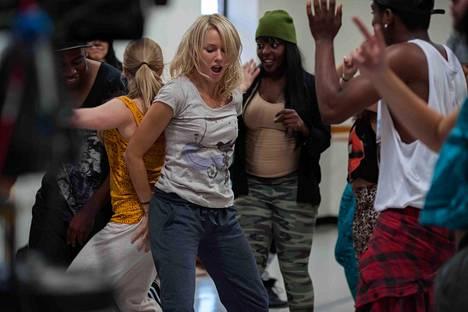 Cornelia (Naomi Watts) osallistuu hip hop -tanssitunnille.
