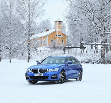 BMW 330e xDrive Touring on nelivetoinen ja farmarimallinen ladattava hybridiauto.