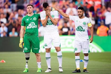 Ottelu oli tunteikas sekä Barcelonan että Chapecoensen pelaajille. Kuvassa ennen ottelun alkamista Chapecoensen Helio Neto (vas.), Jakson Follmann ja Alan Ruschel.