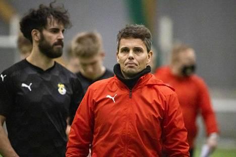 Simo Valakarilla (edessä) on meneillään ensimmäinen vuosi Kuopion Palloseuran päävalmentajana. Kuvassa vasemmalla KuPSin toppari Diogo Tomas.