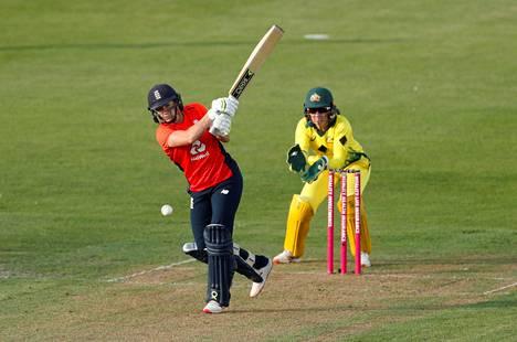 Naisten T20-kriketti on mukana Kansanyhteisön kisoissa 2022. Kuvassa Englannin Katherine Brunt lyömässä ottelussa Australiaa vastaan heinäkuussa.