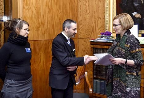Eduskunnan puhemies Paula Risikko (oik.) vastaanotti kansalaisaloitteen työttömyysturvan aktiivimallin kumoamisesta perjantaina. Aloitteen on allekirjoittanut yli 140 000 ihmistä, ja sen luovuttivat aloitteen vireillepanija Martin-Eric Racine ja Minna Koponen.