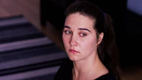 Maria Tyminski näyttelee Koiranpäivässä nuorta ja innostunutta koiranhoitajaa Srnaa, jonka hoidokki kuolee.