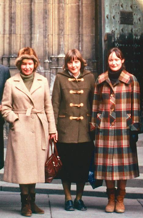 28-vuotias Angela Merkel (keskellä) poseeraa opiskelutoveriensa kanssa Prahan linnan edustalla vuonna 1982. Hän väitteli fysiikan tohtoriksi neljä vuotta myöhemmin.