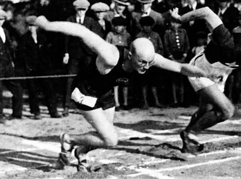 Urho Kekkonen starttaa Väinölänniemen kentällä Kuopiossa 1920-luvun alussa.