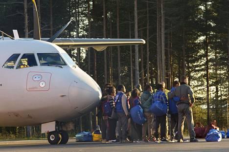 Eritrealaisia pakolaisia saapui Luulajan lentokentälle viime lokakuussa.