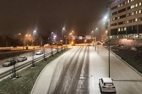 7. marraskuuta: Ensimmäisten lumisten sateiden jälkeen loppusyksyn ilme näytti normaalilta. Aamuinen lumipeite herätti Itä-Pasilassa.