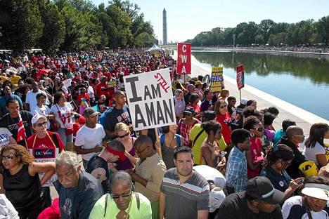 Tuhansien ihmisten marssi alkoi presidentti Lincolnin muistomerkin juurelta Washingtonissa.