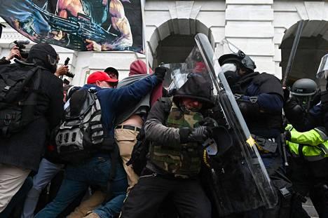 Kuva Capitolista, kun poliisit ja mellakoitsijat ottivat yhteen 6. tammikuuta.