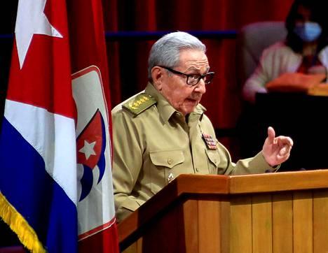 Raul Castro puhui Kuuban kommunistisen puolueen puoluekokouksessa Havannassa perjantaina 16. huhtikuuta.