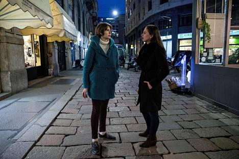Milanolaiset Gaia Gambini, 29, ja Eloisa Zendali, 25, tekevät opintojensa ohella silpputöitä, mutta eivät siltikään tule toimeen omillaan. Äitinsä kanssa asuva Zendali suunnittelee lähtevänsä valmistumisen jälkeen etsimään työmahdollisuuksia ulkomailta. Vaaleissa molemmat naiset aikovat äänestää nuoria vasemmistopuolueita, Gambini Liberi e Uguali -puoluetta ja Zendali Più Europaa.
