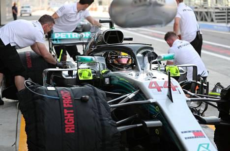 Lewis Hamilton odotti harjoituksissa varikolla autossaan pääsyä radalle.