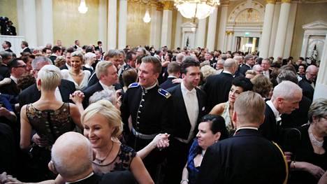 Presidentinlinnan valtiosali täyttyi heti kello kymmenen jälkeen tuttuun tapaan tanssijoista.