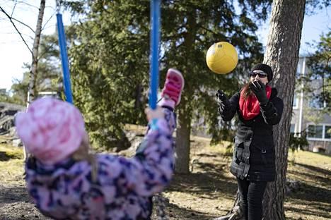 Anne Harju tekee vuorotyötä. Hänen tyttärensä Oona Sundvall menee kaksosveljensä Otson kanssa syksyllä kouluun. Harju saa nykyisessä työpaikassaan tehdä pelkkää päivävuoroa silloin, kun lapset ovat hänen luonaan.