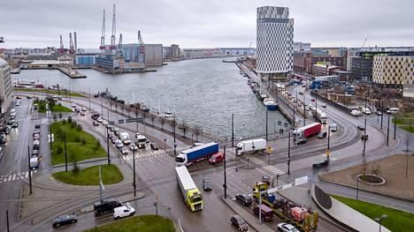 Tallinnan-lautta on saapunut satamaan, ja jonot seisovat Jätkäsaaresta vievillä teillä.