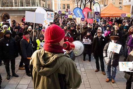 Yliopistonlehtori Thomas Wallgren puhui Porthanian edessä, kun Helsingin yliopiston väki lakkoili 28. helmikuuta.