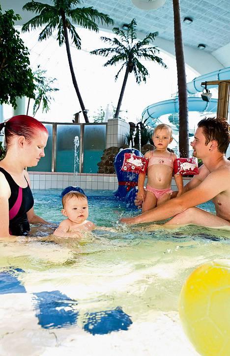 Kylpylähotelli Rantasipi Edenissä jännitetään syysloman kävijämääriä. Porilaiset Krista (vas.), Elli, Siiri ja Kim Puronaho kylpivät perjantaina.