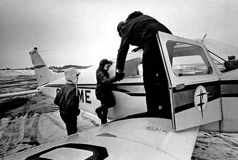 Malmin kentällä vietetään sunnuntaita koko perheen voimalla: Juhani ja Tuija käyvät melkein joka sunnuntai isän, autoilija Arvi Mustosen mukana lentämässä.