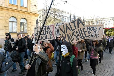 Säätytalolta Eduskuntatalolle marssineet Nyt saa riittää -mielenosoittajat protestoivat ahneutta vastaan Helsingissä huhtikuun lopulla.