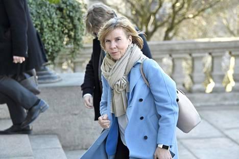 Oikeusministeri Anna-Maja Henriksson saapumassa Säätytalolle tiistaiaamuna.