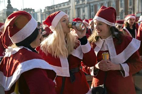 Naiset joivat olutta SantaCon-tapahtumassa Lontoossa joulukuussa.