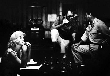 Aiemmin julkaisemattomassa kuvassa Marilyn Monroe harjoittelee vuorosanojaan Sopeutumattomat-elokuvan kuvauksissa Renossa, Nevadassa vuonna 1961.