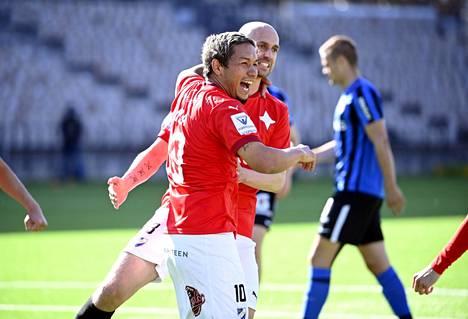 HIFK:n Moshtagh Yaghoubilla ja Sakari Mattilalla oli aihetta juhlaan Kotkassa. Kuva Inter-ottelusta.