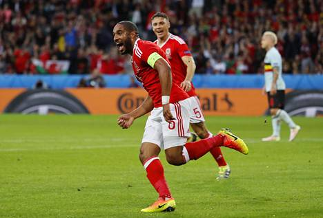 Ashley Williams puski Walesin tasoihin.