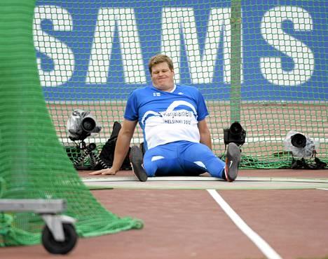 Olli-Pekka Karjalainen lopetti uransa selkävaivojen takia. Helsingin 2012 EM-kisoissa hän loukkasi jalkansa.