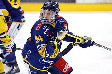 Lukon Anrei Hakulinen teki voittomaalin SaiPaa vastaan. Kuva ottelusta Jukureita vastaan.