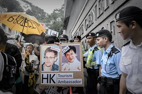 Hongkongissa tukea verkkovakoilun paljastaneelle Edward Snowdenille vielä riittää. Hänen puolestaan järjestettiin perjantaina mielenosoitus.