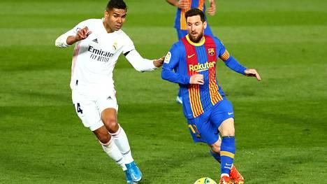 Casemiro (vas.) ja Lionel Messi Real Madridin ja Barcelonan kohtaamisessa lauantaina.